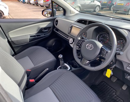 Toyota Yaris VVT-I ICON TECH 17
